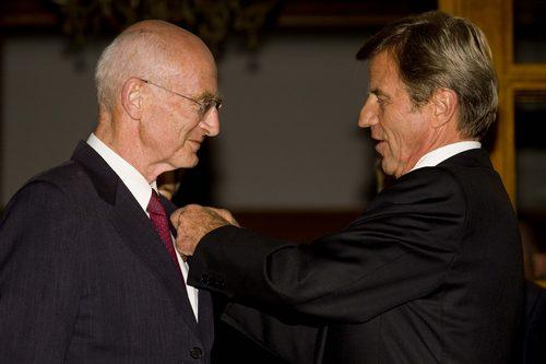 Remise de la Légion d'honneur au professeur Raphaël Walden par le ministre des Affaires étrangères, Bernard Kouchner, pour son engagement humanitaire. 18 novembre 2009. Photo : Olivier Fitoussi