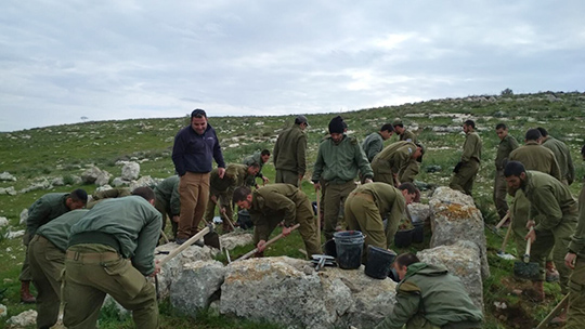 Equipe de parachutiste de Tsahal (armée d'Israël) mettant au jour une tour datant de l'époque du roi Hezekiah (8ème siècle avant notre ère)