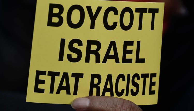 "Manifestant tenant une pancarte ""boycott Israel Etat raciste"", Trocadéro, 16 mai 2018"