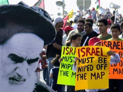 """""""Israël doit être rayé de la carte"""" sur les pancartes de manifestants iraniens, 2010"""