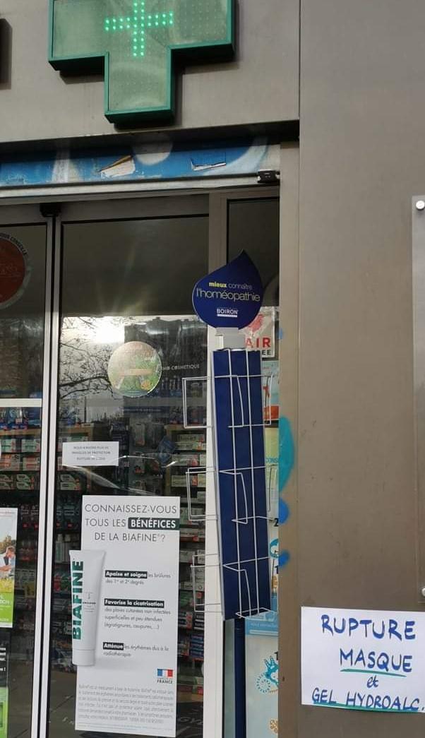 Pharmacie affichant qu'il n'y a plus de gel hydroalcoolique ni de masque
