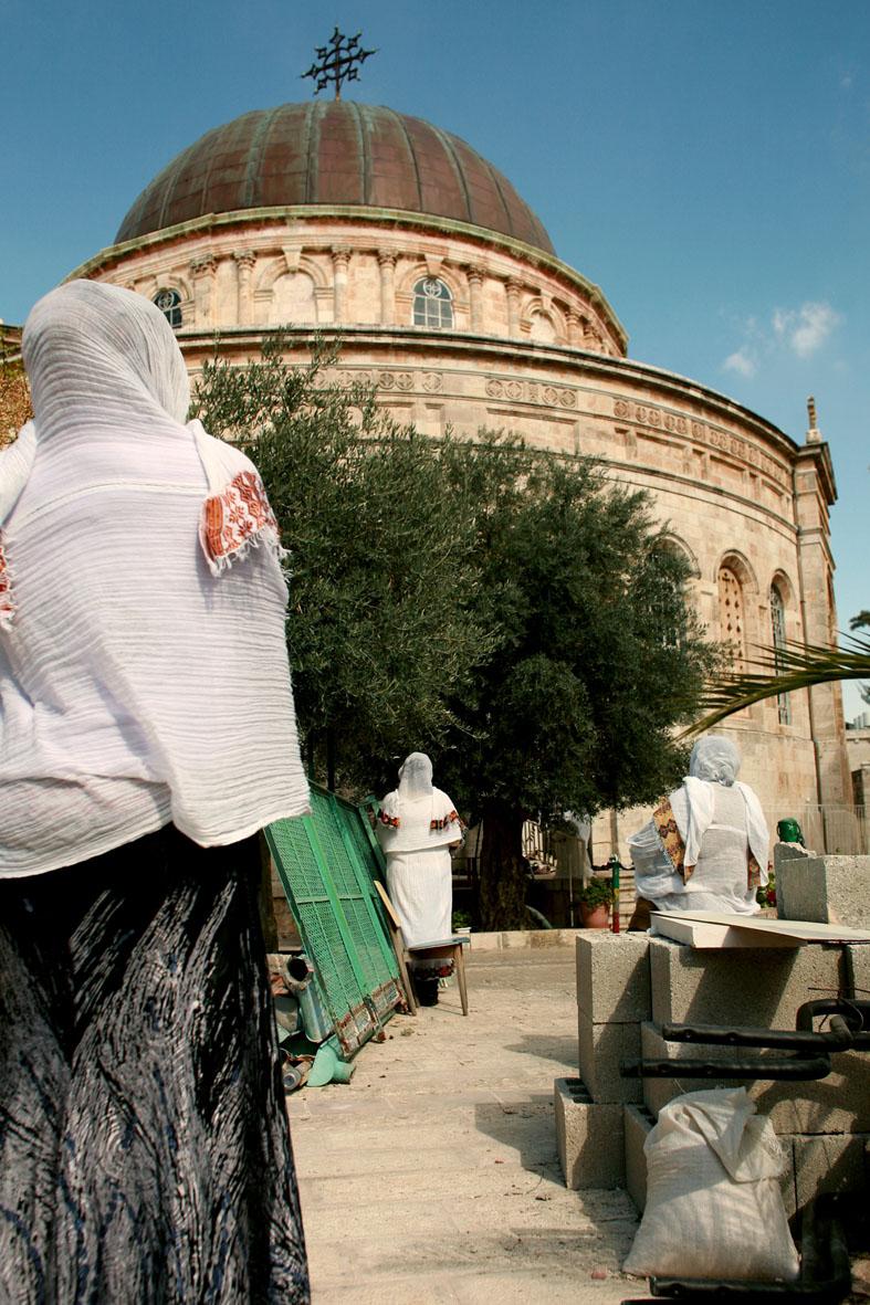 Eglise chrétienne éthiopienne de Jérusalem, avec des fidèles à l'extérieur, enrubanné de blanc