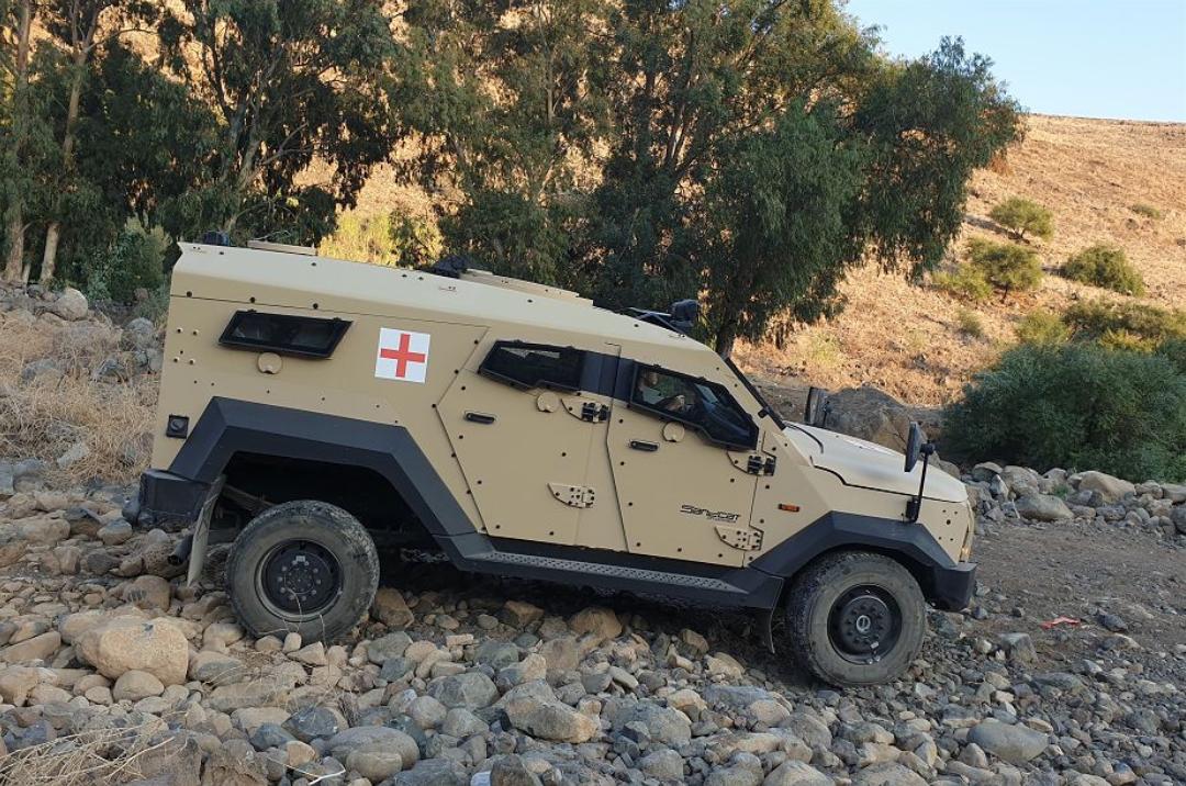 Ambulance 4x4 SandCat équipé de la plateforme modulaire blindée Plasan