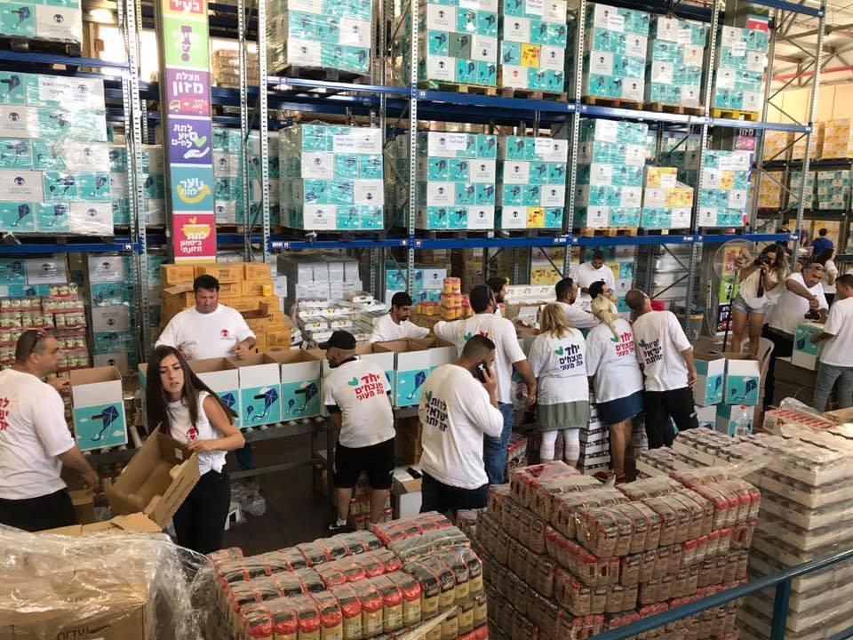 Des bénévoles de l'ONG LATET organisent des colis alimentaires en Israël