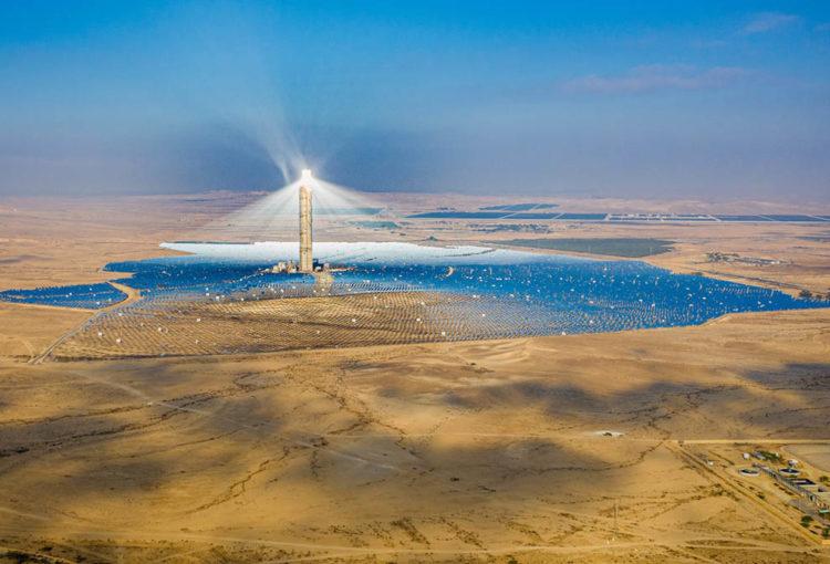 La tour solaire Ashalim, dans le désert du Néguev, entourée de ses 50.000 panneaux solaires