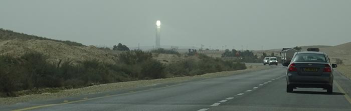 La tour solaire Ashalim vue de la route 40