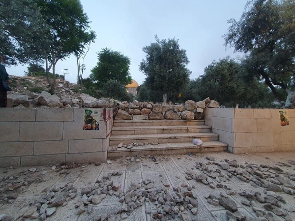Mai 2021, durant le Ramadan, des musulmans ont stocké des pierres et des dalles pour les jeter sur les forces de l'ordre