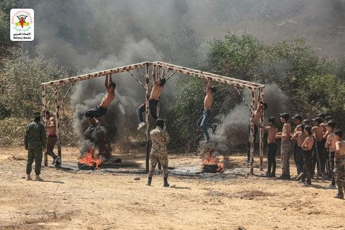 Camp d'été pour enfants du Jihad islamique : de jeunes subissent un entraînement militaire