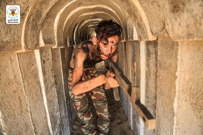 Jeune Palestinien dans un tunnel du Hamas, s'entraînant à la guerre pendant les camps d'été