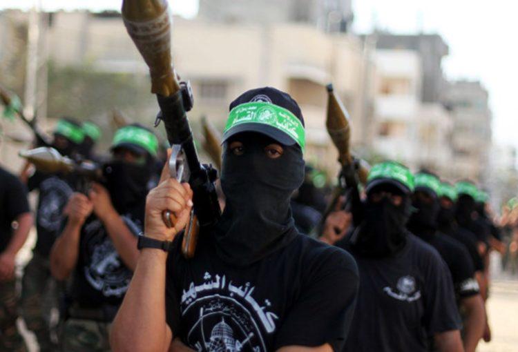 Hommes armés du Hamas défilant roquettes sur l'épaule