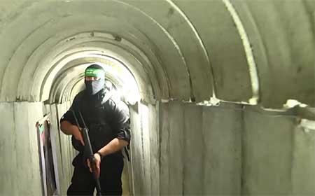 Tunnel du Hamas avec homme armé